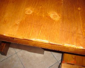 dettaglio tavolo su misura in legno per taverna
