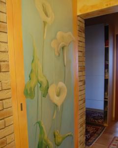 porta armadio con dipinti artistici